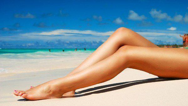 фото женские ноги в трусаиках в постели лежат на животе